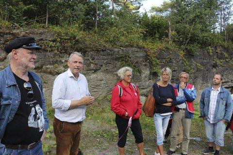 KAN ADMINISTRERE: – Langesund Bad kan administrere ordningen med bobilplasser på Rotet, sier Lars Rise til politikere, velforeningen og privatpersoner i lokalbefolkningen som er med på befaringen i hele det foreslåtte området for reguleringsplan for Langesund Sør. Lars Rise har foreslått en utbygging på 36 boenheter på Langesund Bad.