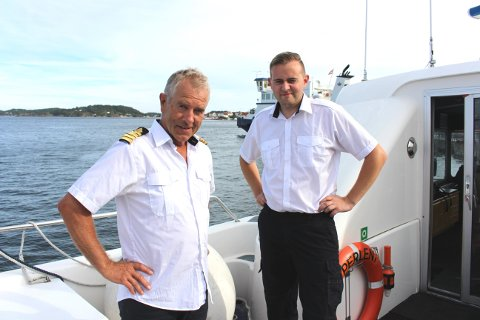 Skipsfører Tommy Edvardsen og matros Daniel Færøykavlen ombord på hurtigbåten «Perlen» som har gått i travel fergefart mellom Kragerø og Langesund i hele sommer.