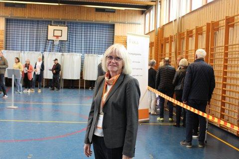 Ingrid Grandum Berget er leder av stemmestyret i Langesund valgkrets. Det var jevn strøm av folk som ville avgi sin stemme søndag. Ved å bla med pilen til høyre midt på bildet, får du se flere bilder til denne artikkelen.
