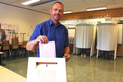 Torstein Dahl avgir sin stemme i kommunevalget i Rønholt valgkrets i Bamble. Han er ordførerkandidat for første gang. Bla med pilen til høyre midt på bildet for å se flere bilder til denne artikkelen.