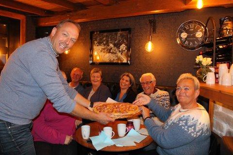 Senterpartiets toppkandidat Torstein Dahl serverer pizza til sine med-kandidater på Trosby Puben mandag kveld. Bla med pilen til høyre midt på bildet og se flere bilder til artikkelen.