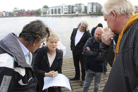 Marie Bang Synnes er arkitekt på saken. Her forklarer hun politikerne på befaring i fjor høst.