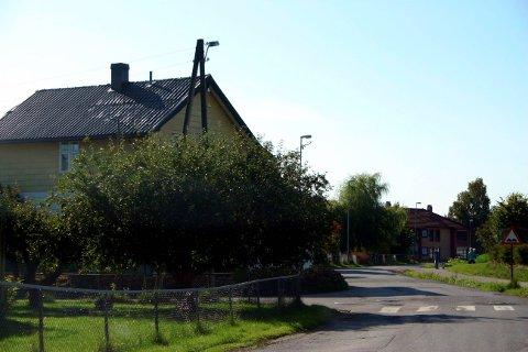 Vegetasjon på hjørnetomta skal gjøre det vanskelig å få oversikt i krysset ved Idunns veg og Mjølners veg bak Hovengasenteret.