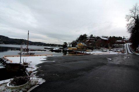 BJØNNES: Fylkeskommunen ønsker nå å legge ny asfalt fra Ramberg og ut til Bjønnes brygge. Både hyttefolk, fastboende og besøkende er avhengig av denne veien.