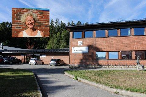 SAVN: – Det er mange som savner læreren og medelevene sine. Det viser at vi trenger hverandre, sier Brattås-rektor Anita Hjorteseth (innfelt).