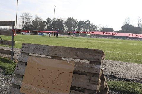 BRYR SEG IKKE: Kameratgjengen som spilte fotball på Eidangerbanen på torsdag bryr seg ikke om at banen er stengt.