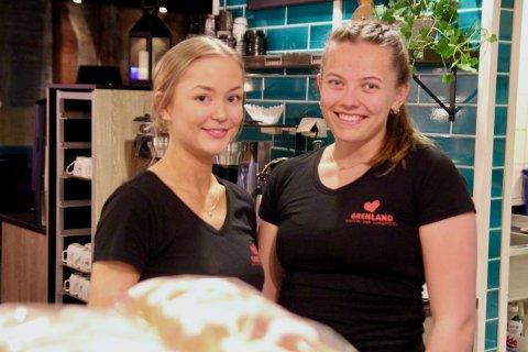 PÅ JOBB I PÅSKA: Mailene Daapan og Karen Kittilsen tok seg av kafégjestene på Grenland Bakeri & Konditori på Brotorvet påskeaften.