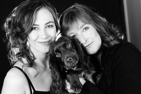 GODT FORHOLD: Ellen Høiness hadde et godt og nært forhold til datteren Nerid Høiness. Her er de to avbildet sammen med hunden Vicky. Foto: Privat