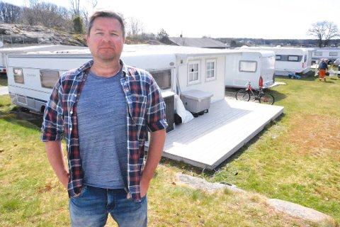 CAMPING: Kim Bøhm får ikke bo i campingvogna på ukedager.
