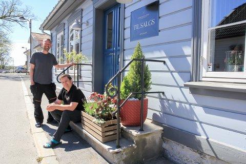 SEKS ÅR: – Litt vemodig har vi valgt å selge eiendommen, etter seks gode år på Osebakken, forteller samboerne Kent Bjørnsti og Frode Baardsen.