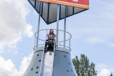 GØYALT: Cornelia (9) og Torjus (7) sklir ned fra klatretårnet.