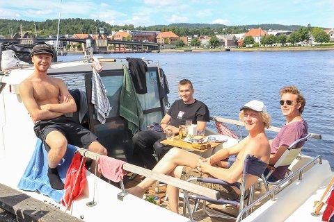 NORGESFERIE TIL SJØS: Robin Kulseth (22), Thomas Sandli (23), Jonas Nordgaren (25) og Eirik Christian Person (24), fra henholdsvis Bærum og Ullern, i lystig lag til kai i Porsgrunnselva.