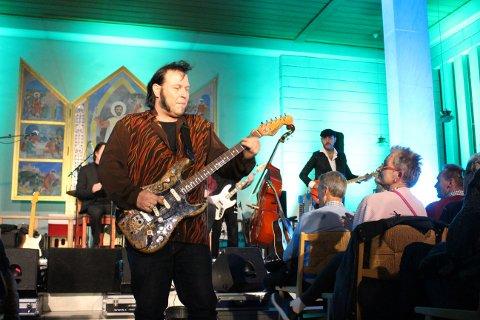 Vidar Busk fylte 50 år 19. mai. Lørdag kveld spiller han i hjembyen Langesund, på Wrightegaardens scene sammen med Daniel Eriksen og Anders Jektvik. Bildet er fra Brevik kirke i oktober 2019 under konserten Elvis Gospel 2.