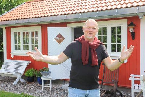 I MÅL: Galleriet på «Andviktunet» har blitt kledd i husets og atelierets farger. – Velkommen hit, smiler 54-årige Jonny Andvik.