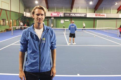 Tøff start: Jon Kåsa startet i jobben som manager i Porsgrunn Tennisklubb i januar. Så slo koronaen til. Han er glad for at de nå kan tilby fire innendørs baner med nytt banedekke på Kjølnes. Han tror det vil gi et løft når det gjelder rekrutteringen i klubben.