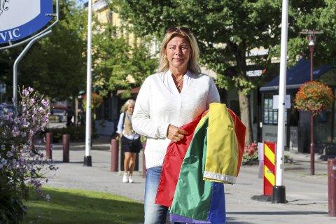 FIKK SKYLLEBØTTE: Hun holdt flagget i bare 3–4 minutter for et bilde, men det var nok til å utløse raseri fra en forbipasserende mann.