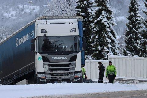 Trailer fast på glatta i Jønholtkrysset. Politiet sjekker tilstanden på dekkene.