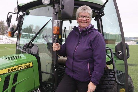 Banemester: Tone Brønsten har vært banemester på Furulund i Brevik i 15 år. Og hun bedyrer at hun fortsatt synes det er veldig gøy.