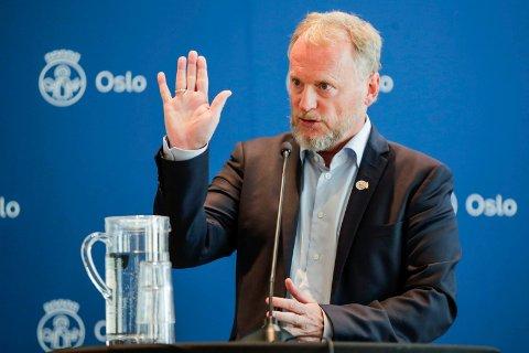 SKJERP DEG: Oslos byrådsleder Raymond Johansen vil prioritere Oslo-folk i vaksinekøen.