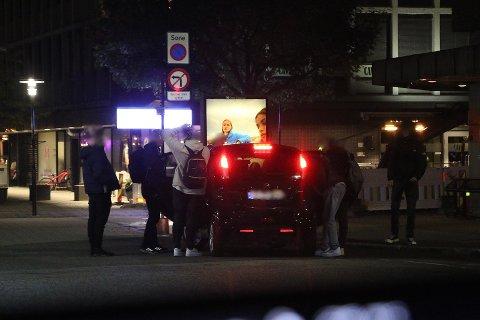 SENTRUM: Over 100 ungdommer samlet seg i Porsgrunn sentrum lørdag kveld.