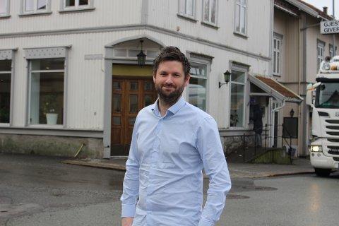 Dag Carlsen eier Skagerak Regnskap i Torget 8 i Langesund. Han har solgt hylleselskapet Skagerak Hylle AS til Andreas Kristiansen som vil gjenåpne Victoria Gjestgiveri. – Det er et tomt hylleselskap som jeg har solgt for 30.000 kroner.