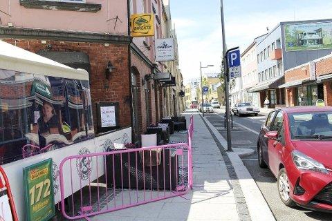 KRANGEL: Politiet måtte skille kamphanene utenfor puben i Storgata natt til fredag.