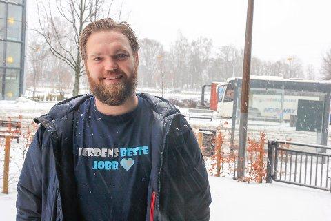 VERDENS BESTE JOBB: Brede Torset Fonnes (28) er en av to menn i Skrapeklev barnehage og trives med det. – Men når han er svensk og jeg nordnorsk kan det umulig gå bra, ler han.