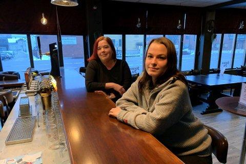 SER MOT LYSERE TIDER: Leni Stensholt (t.h.) og Margrethe Andersen på Karjolen Pub gleder seg til de kan holde åpent under normale omstendigheter.