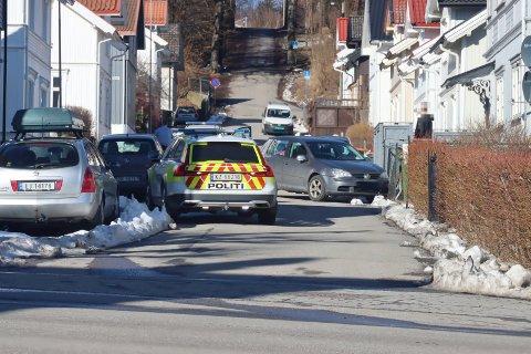 To patruljebiler rykket ut til Norrøngata på Vestsida mandag formiddag etter at de hadde fått melding om en forlatt bil, som hadde krasjet i et gjerde.