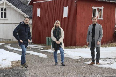 Må vike plassen: Lars Christensen, Tina Vinje og Kristoffer Moen ved gården på Vallermyrene som skal rives. De gleder seg til å lansere det nye boligprosjektet Tollskogvegen 2 borettslag like etter påske.