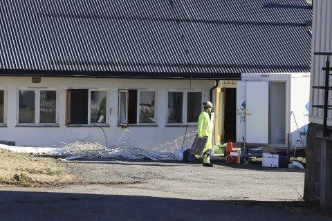 Nors Saneringsservice i gang med å forberede riving av den gamle låven på Lillegården.