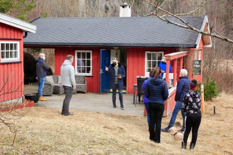 PÅ TÅ HEV: – Vi har strenge tiltak vi må følge, poengterte  megleren da om lag 20 interessenter møtte opp til hyttevisningen i Sandvika i Bamble.