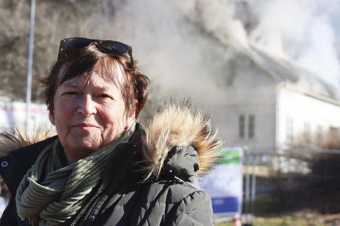 VEMODIG: Elin Ødegård jobbet fem år på Lillegården kompetansesenter. Hun syntes det var vemodig å se den gamle arbeidsplassen bli satt fyr på og gå opp i røyk mandag formiddag.