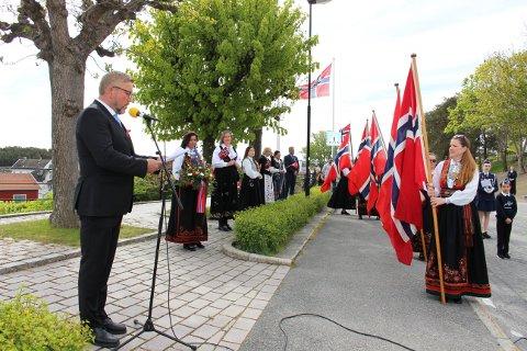 17. mai i 2020 ble markert på forenklet vis i lokalsamfunnene, som her ved minnestøtten i Langesund. Musikkorps, 17. mai komiteen og Per Ludvig Gusfre med flagg, musikk og sang.