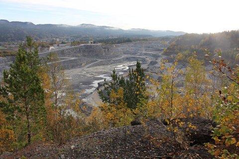 Norcem har hentet ut kalkstein i dagbrudd på Bjørntvedt siden 60-tallet. Nå vil kommunen ha en redegjørelse etter at beboere i Flåttenlia har sendt bekymringmelding.