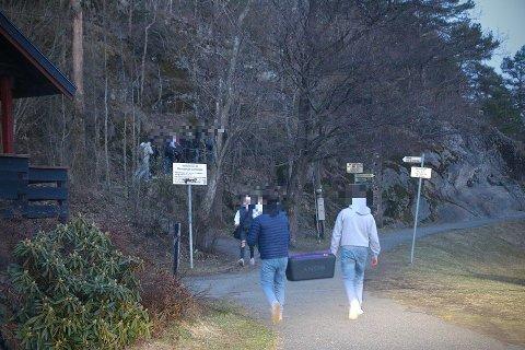 En kilde sier til PD at de så rundt 40 ungdommer trekke ut til Kattøya, hvor politiet hadde konfrontert en gruppe unge som hadde fest.