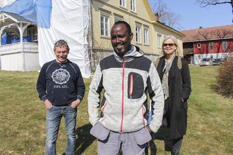 GOD ATTEST: F.v. Sletholt, Mohamed og Ødegård fra NAV foran Århus gård. Der tilbakefører malerfirmaet gården 100 år bakover. Mohamed trives godt, blir stadig bedre i norsk og arbeidsgiver er fornøyd.