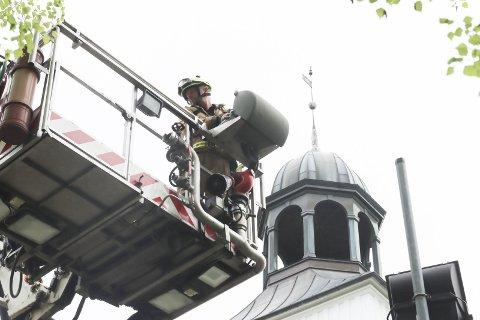 REDNINGSAKSJON: Kjell Kaasa fra Grenland brann og redning på vei opp for å finne en drone i kirketårnet på Eidanger kirke. Det var prestens drone. Han var litt uheldig da han spilte inn en film fra kirkene i Eidanger menighet for visning på 17. mai.