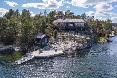 Denne hytta på Håvøytangen i Trosbyfjorden var i en heftig budrunde mandag. Siste budet megler hadde fått da PD snakket med ham var 15,3 millioner.
