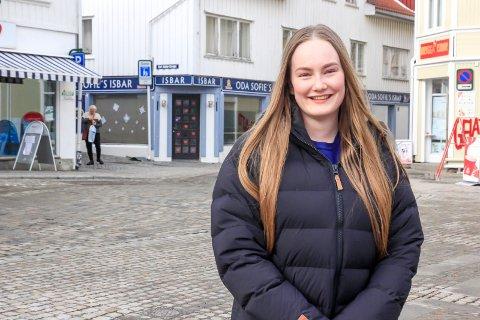 Camilla Gundersen Storkås driver både Oda Sofies isbar og Diplomaten isbar på Fisketorget i Brevik. Nå vil hun starte salg av pinneis fra en bærbar fryseboks som ansatte skal spasere rundt i Breviks gater med.