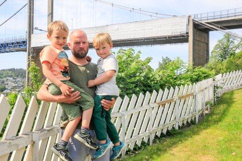 HELGEFRI: – De bråker ikke lenger på lørdager. Det er hvert fall én positiv ting, sier familiefar Magne Ditlefsen, her med sønnene Emanuel (5) og Johannes (4).