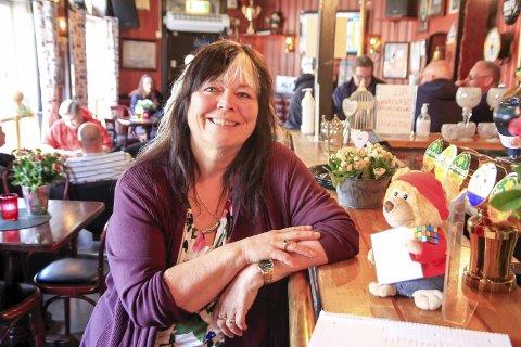 STRÅLENDE: Pubdriver ved Sailors Inn, Jane Luggens, er veldig fornøyd med å endelig kunne servere kunder også etter klokken tolv.
