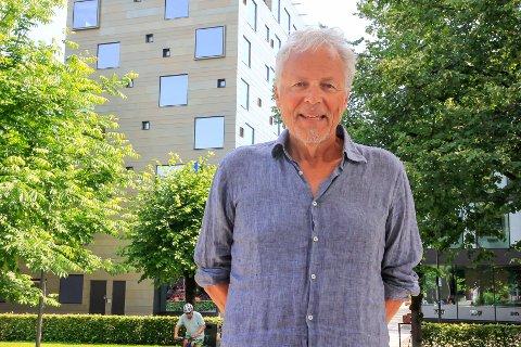 TILFREDS: Tommy Sørbø er lite begeistret for den nye hotellet, men er derimot for ivaretakelsen av Galleri Osebro- og Kafe K-bygget i Osebrostrøket. – Et viktig signal til byen, mener han.