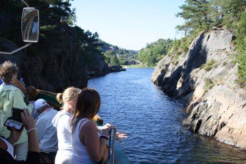 TRANGE SUND: De fine sightseeingturene med passasjerbåten Dikkon går innom trange sund og fjorder mellom Brevik og Langesund.