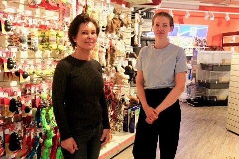 RUTINERT OG FERSK: Grete Kvernberg har drevet butikken på Rugtvedt i 16 år. Marianne Andreassen, derimot, en av fem andre ansatte på Brotorvet, er inne i sin første uke.