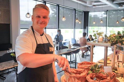 NY, MEN ERFAREN: Oskar Gudbrands (25) er glad for å bli en del av restaurantmiljøet i Porsgrunn. – Vi har et godt utvalg i byen, med mange flotte restauranter. Samholdet og kulturen i bransjen er veldig fin, hvor det går an å benytte seg av hverandre.