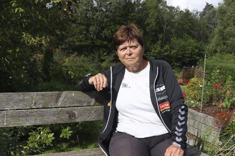 Holder koken: Brit Lundegaard har blitt 71 år, men older koken som sportslig leder og trener i Hei håndball. Hun har levd et liv med håndball, og har ikke tenkt å gi seg før jentene ikke synes det er greit at hun er der, som hun selv sier.