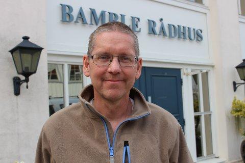 TILSVAR: Avdelingsleder Cato Andersen redegjør for at i sentrumsområdet i Langesund er det 5 skjenkesteder og 4 serveringssteder. Det er derfor 9 steder med serveringsbevilling i tilknytning til torget i Langesund. Flamingo Bardrift skal ikke lastes for matrester på torget.