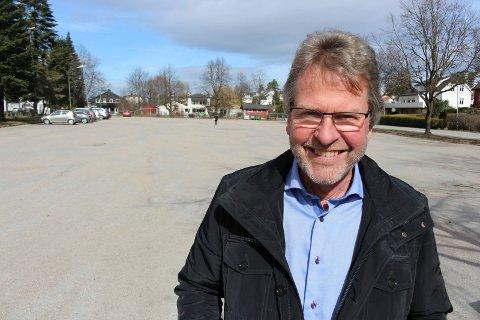 PARK: Torbjørn Krogstad sier det kan bli aktuelt med park mellom kirken og p-tomta.