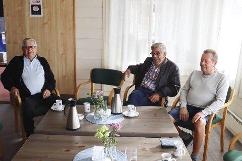 DISKUSJONEN GIKK HØYT: Kjell Myrseth, Arne Kuntze og Geir Lidsheim deltok i den høylydte diskusjonen på Pors-kafeen mandag.